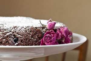 Простой шоколадный кекс с ягодами в мультиварке