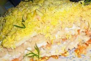 Салат «Мимоза» с отварной рыбой, яблоками и сыром