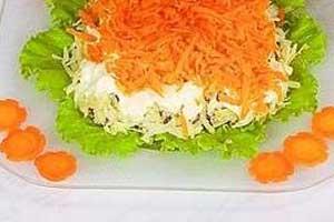 Слоеный салат из отварной рыбы