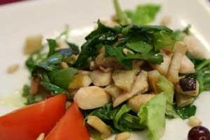 Зеленый салат с курицей и белыми грибами