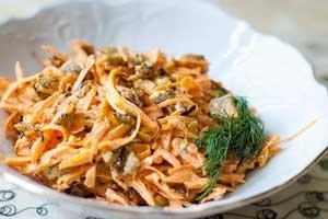 Самый простой салат с грибами и копченой грудкой