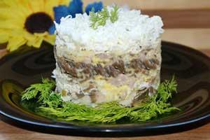 """Салат """"Невеста"""" с копченой курицей и грибами"""