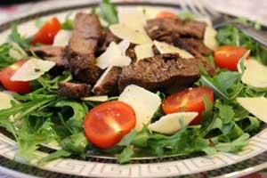 Салат из говядины и рукколы