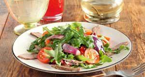 Салат с говядиной, рукколой и помидорами черри