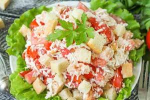 """Салат """"Минутка"""" из помидоров, сыра и сухариков"""