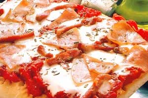 Пицца с ветчиной и грибами на пышной основе