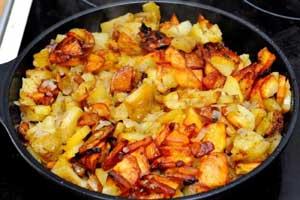 Картошка с луком на сковороде