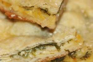 Луковый пирог из слоеного теста с сыром