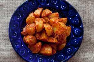Испанский запеченный картофель с томатным соусом