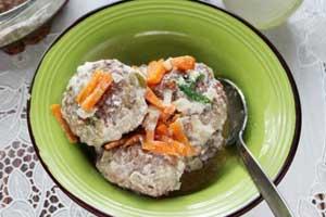 Биточки мясные в сметанном соусе с морковью